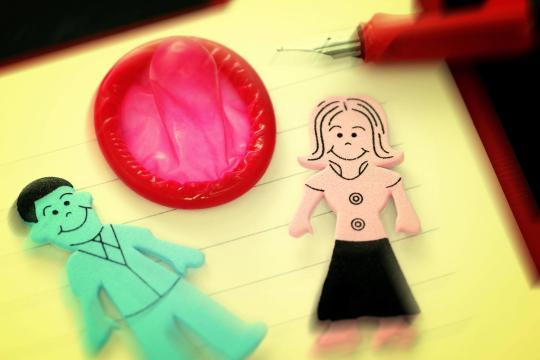 Figuren-von-Mann-und-Frau-und-Kondom-in-einem-Heft-2-